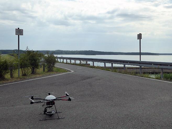 Bild 4: Drohne kurz vor dem Start von der Staumauer