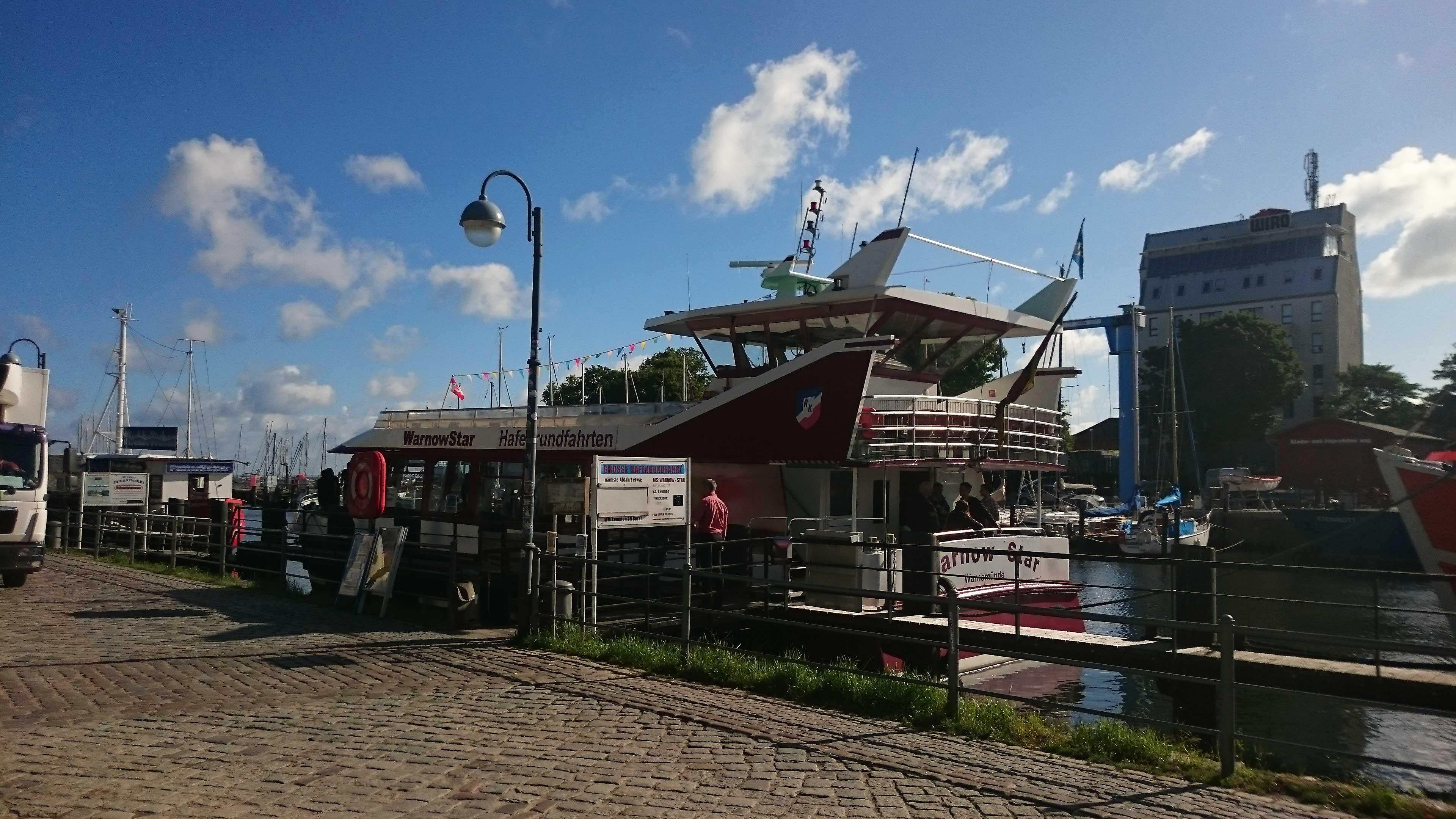 """Heimathafen des Ausflugsschiffs """"MS Warnow Star"""" ist der alte Schiffsanleger in Warnemünde"""