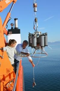 Dr. Thomas Wolf, Institut für Seenforschung, mit Sonden auf dem Forschungsschiff Kormoran. Foto: Michael Kruspe, LfULG