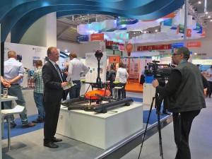 RiverView-Projektleiter Dr.-Ing. Friedrich-Wilhelm Bolle im Interview mit einem Pressevertreter am Stand des BMBF.